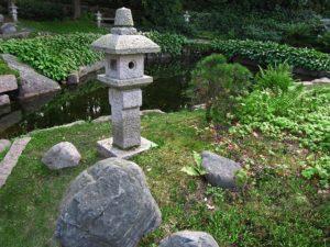 японский каменный фонарь в саду
