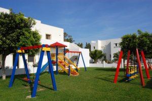 детская площадка на газоне